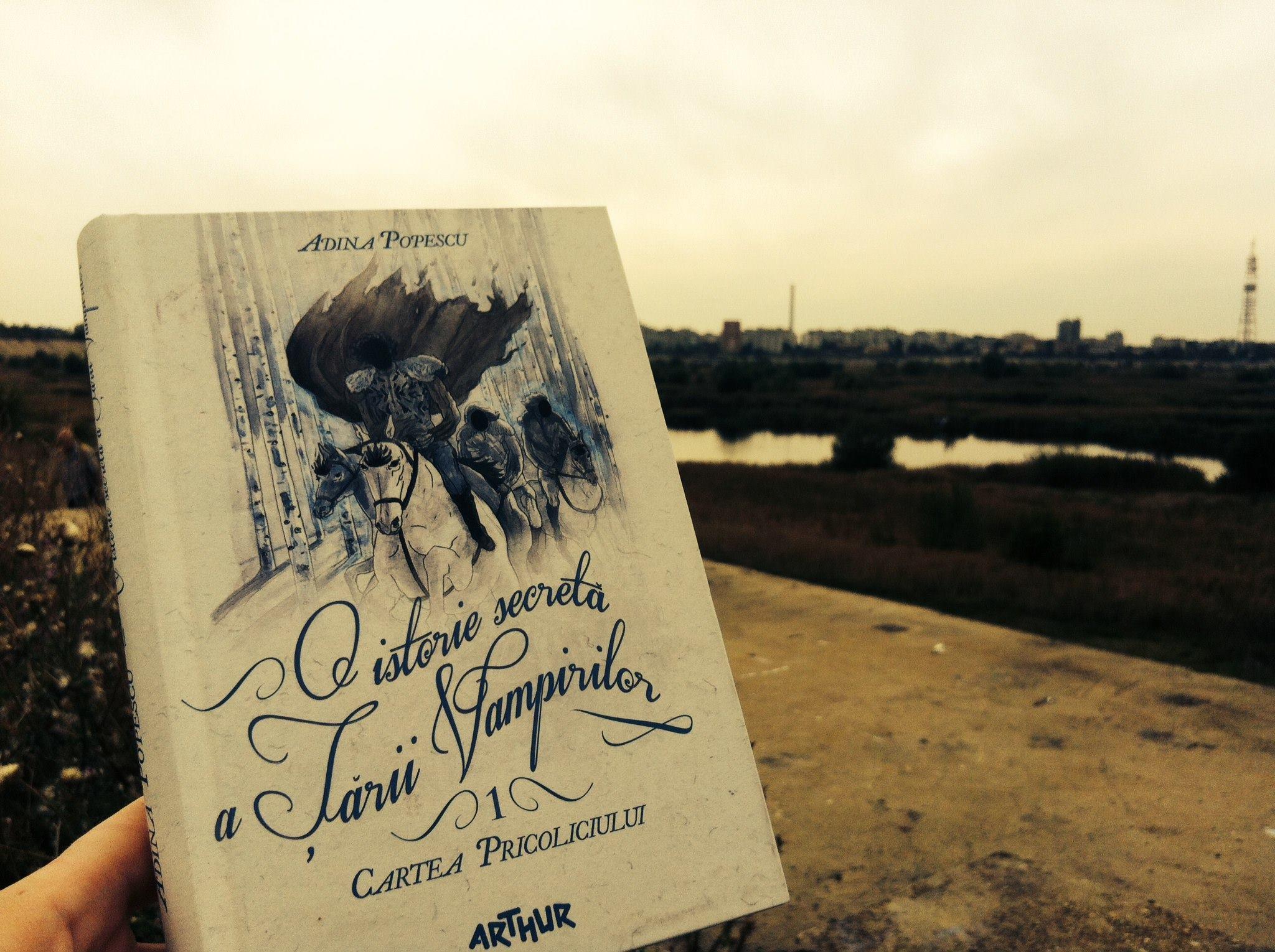 """Lansare de carte: """"O istorie secretă a Ţării Vampirilor. Cartea pricoliciului"""", de Adina Popescu"""