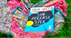 """O poveste care merită să fie spusă, despre """"Sub aceeași stea"""", de John Green"""